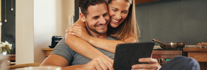 Jeune couple qui sourit